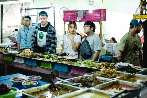 Andrew, Saki e Nahm na seleção dos pratos.
