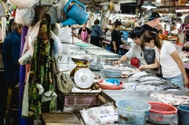 Chef Saki e o cozinheiro Than selecionando os melhores peixes para o evento.