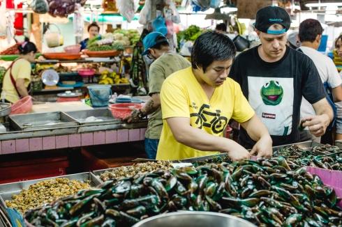 Chef Andrew Martin escolhendo mexilhões