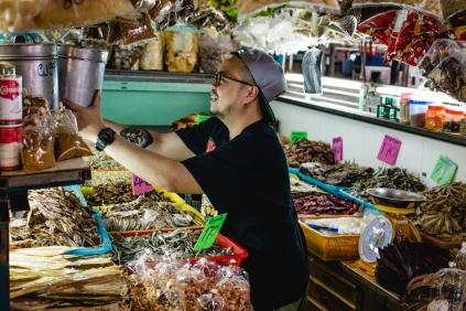 Chef Napol (Joe) explorando produtos conservados do Sul da Tailândia em Bangkok
