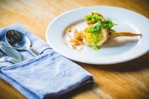 Asa de frango frita recheada com arroz em pasta tamarindo. Por Chef Prin Polsuk (Nahm)