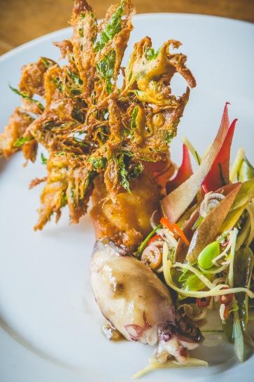 Lula bebê, camarão crocante e vegetais locais. Por Chef Prin Polsuk (Nahm)