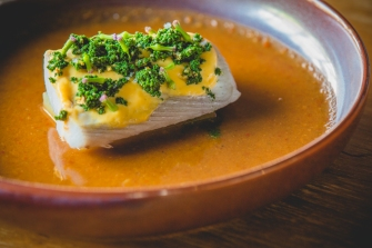 Curry cítrico, cavala com algas de água doce e molho hollandaise de açafrão. Por Chef Noom (SamuayNsons)