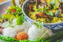 Macarrão de arroz, gema de ovo conservada, curry de peixe defumado, pata e pele de rã fritas. Por Chef Black Hatena (Blackitch Artesanal Kitchen)